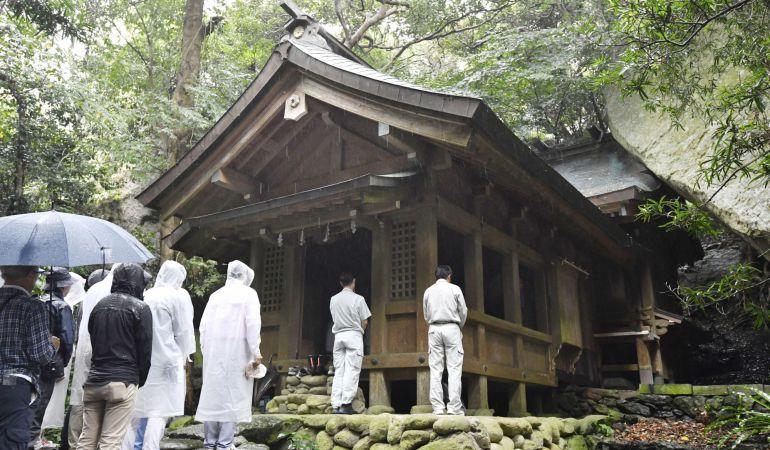 Hombres visitan un templo de la isla de Okinoshima, declarada Patrimonio Mundial por la Unesco.