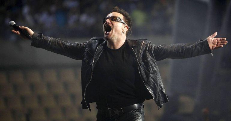 Bono durante un concierto del grupo irlandés U2