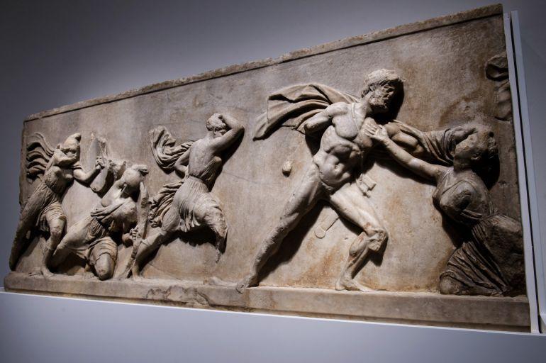 """Fragmento del friso del Mausoleo de Halicarnaso, una de las piezas de la exposición """"Agon! La competición en la Antigua Grecia"""""""