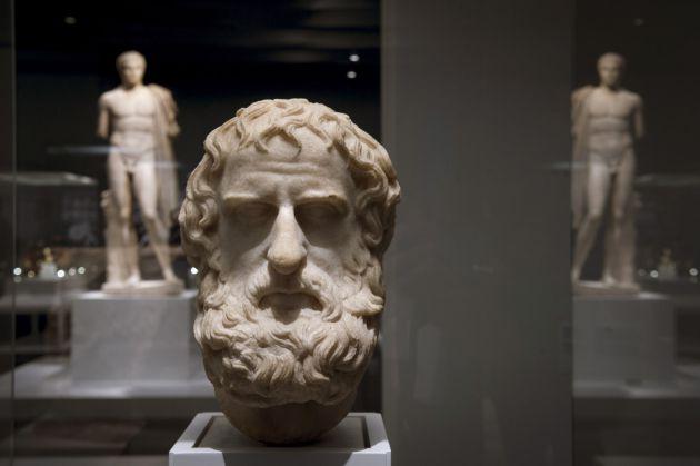 """Cabeza de mármol, version romana (69?96 DC) de una estatua griega de cuerpo entero (330-300 AC), una de las piezas de la exposición """"Agon! La competición en la Antigua Grecia"""""""