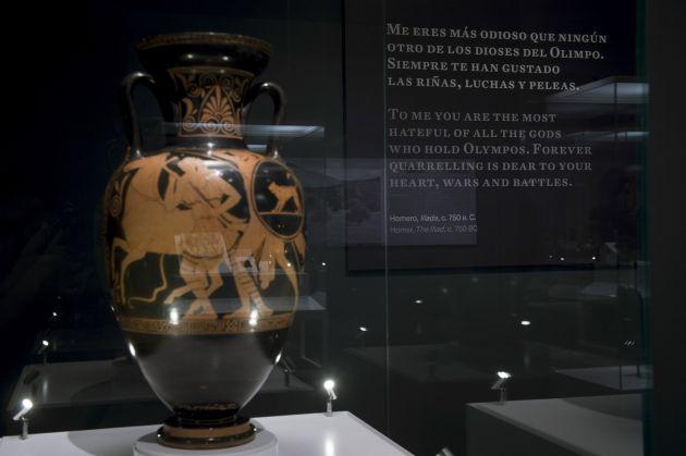 Ánfora de cerámica de figuras rojas