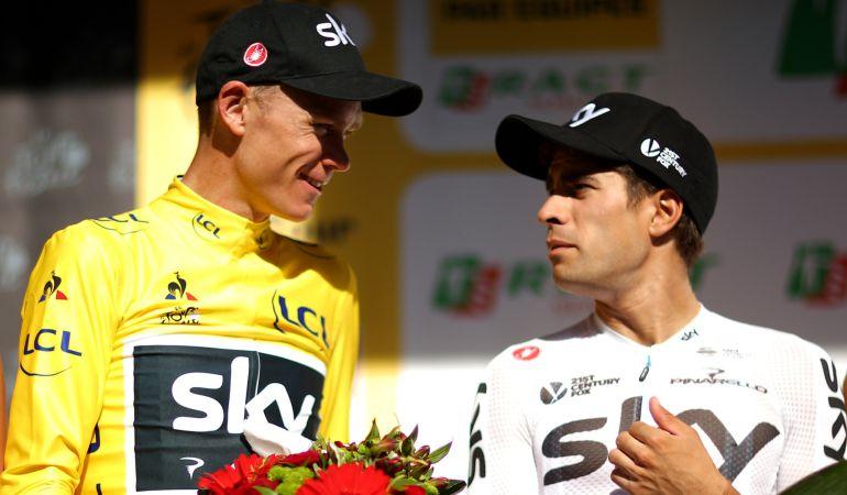 Mikel Landa charla con Chris Froome al final de la etapa