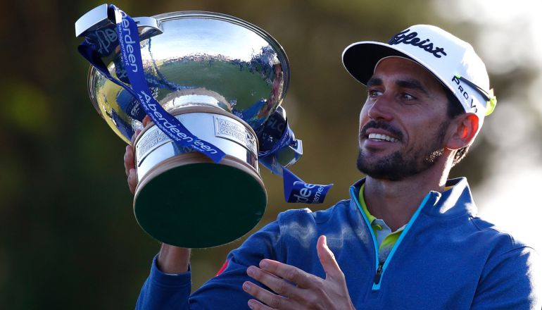 Rafa Cabrera posa con el título de ganador del Open de Escocia