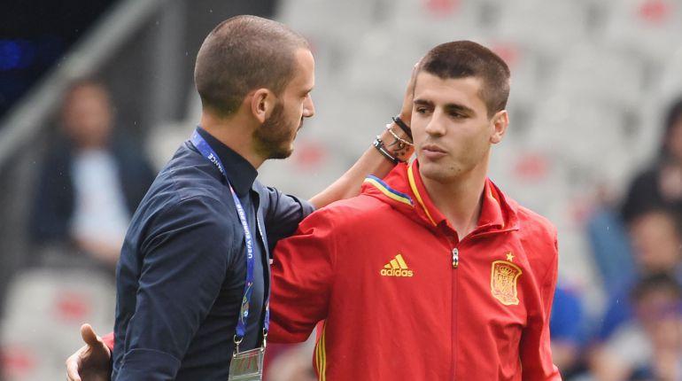 Bonucci y Morata se saludan antes de un partido
