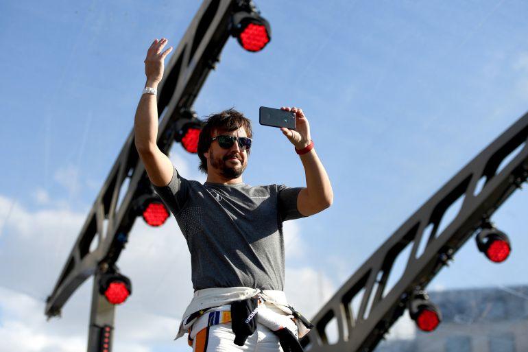 Fernando Alonso hace una foto en Silverstone