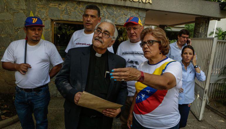 El rector de la Universidad Católica Andrés Bello (UCAB), Francisco Virtuoso (C) se retira de la residencia del alcalde Antonio Ledezma, a quien visitó para facilitar su sufragio hoy, domingo 16 de julio de 2017, en Caracas (Venezuela).