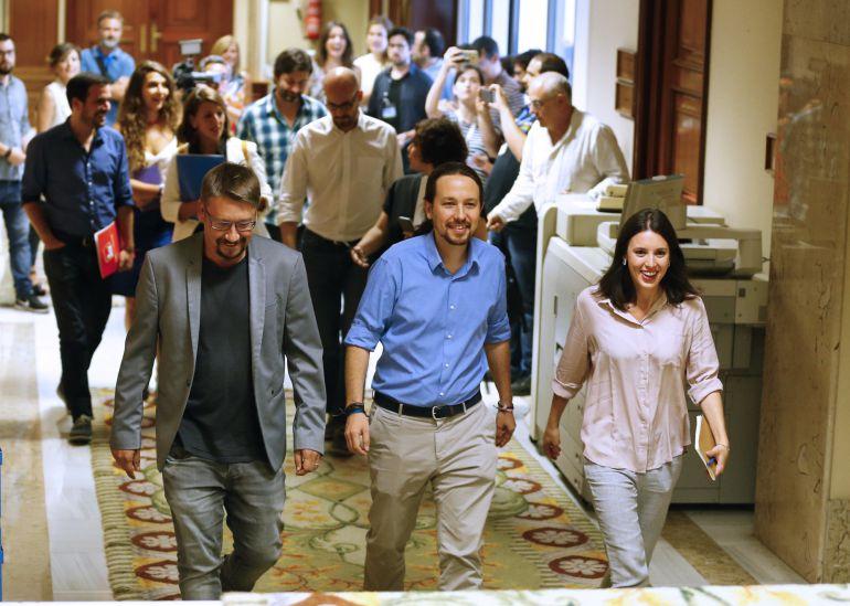 El líder de Podemos, Pablo Iglesias (i), la portavoz de dicha formación, Irene Montero, y los portavoces de En Comú Podem, Xavier Doménech (i), y de IU, Alberto Garzón (d), durante la reunión mantenida con el líder del PSOE, Pedro Sánchez y sus respectivos equipos, en el Congreso