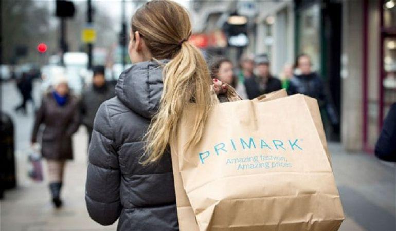Una compradora de Primark por las calles de Reino Unido.