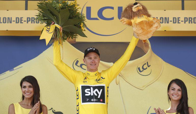 Chris Froome posa con el maillot amarillo al termino de una etapa