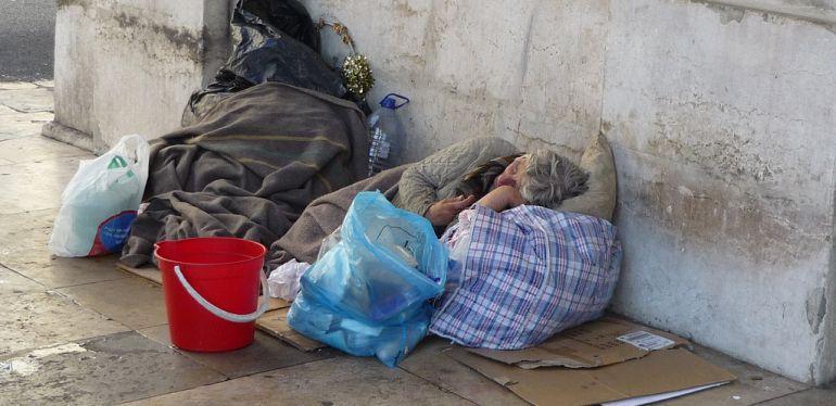 Persona sin hogar durmiendo en la calle.