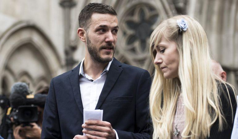 Los padres del bebé en estado terminal Charlie Gard, Connie Yates y Chris Gard, a su salida del Tribunal Supremo en Londres (Reino Unido).