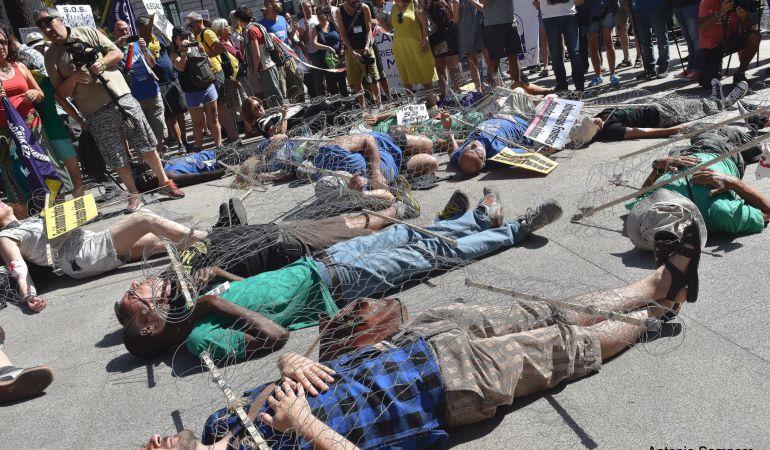 Una cadena humana como acto simbólico delante del Congreso de los Diputados daba el pistoletazo de salida a la Caravana 'Abriendo Fronteras'.