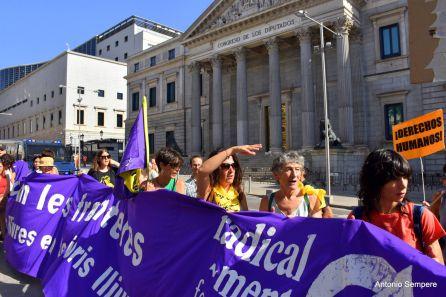 Una cadena humana para reivindicar las políticas migratorias delante del Congreso de los Diputados, en Madrid.