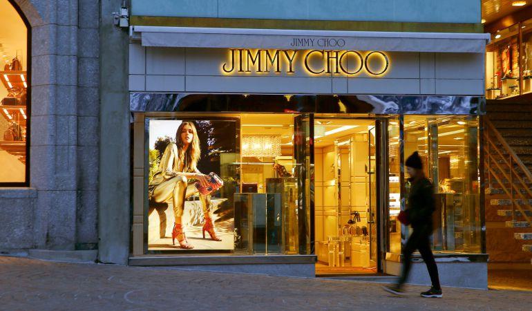 La compañía de moda y accesorios de lujo Michael Kors Holding ha llegado a un acuerdo para adquirir la firma británica de zapatos de alta gama Jimmy Choo por 1.350 millones de dólares (1.157 millones de euros).