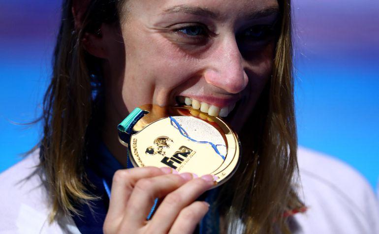 Mireia Belmonte muerde su medalla de oro