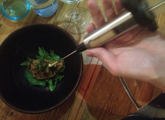 Empanadilla de carne de conejo con inyección de salmorejo canario.