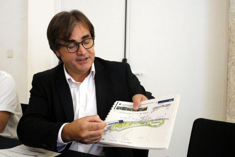 El director general de Ordenació del Territori i Urbanisme, Agustí Serra, con el mapa del proyecto.
