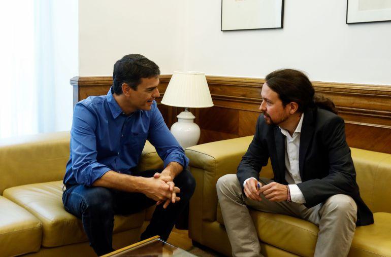 Pedro Sánchez y Pablo Iglesias, durante un encuentro en el Congreso el 27 de junio de 2017.