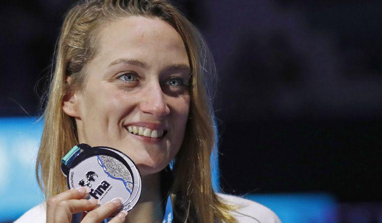 Mireia Belmonte posa con la medalla de plata conseguida en los 400 estilos