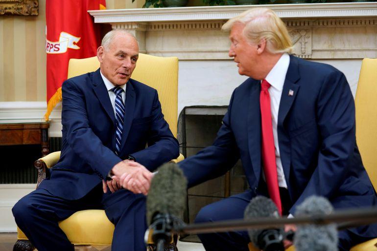 El presidente de Estados Unidos Donald Trump, se da un apretón de manos con su nuevo jefe de personal de la Casa Blanca John Kelly tras jugar este en su nuevo cargo.