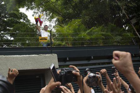 El líder opositor venezolano Leopoldo López saluda a sus seguidores desde su residencia en Caracas (Venezuela), donde cumplía arresto domiciliario. Foto de archivo.