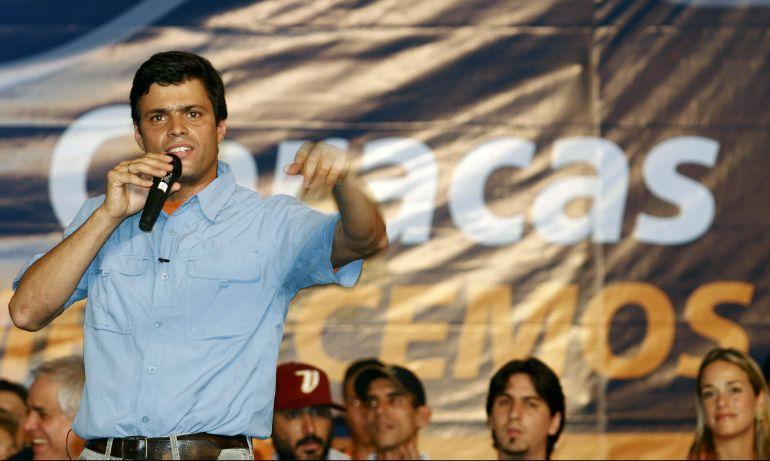 Fotografía de archivo del 23 de abril de 2008 del líder opositor Leopoldo López durante un evento en Caracas (Venezuela).