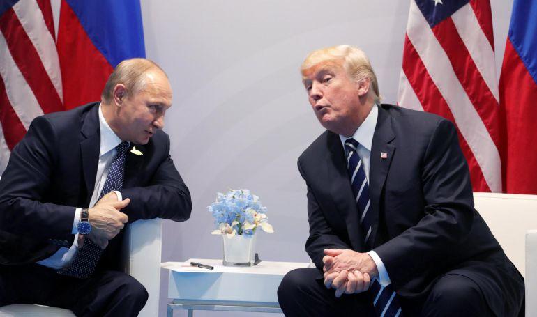 Fotografía de archivo que muestra al presidente ruso, Vladímir Putin (i), junto a su homólogo estadounidense, Donald Trump (d), durante su reunión en el marco de la cumbre de los líderes del G20 en Hamburgo