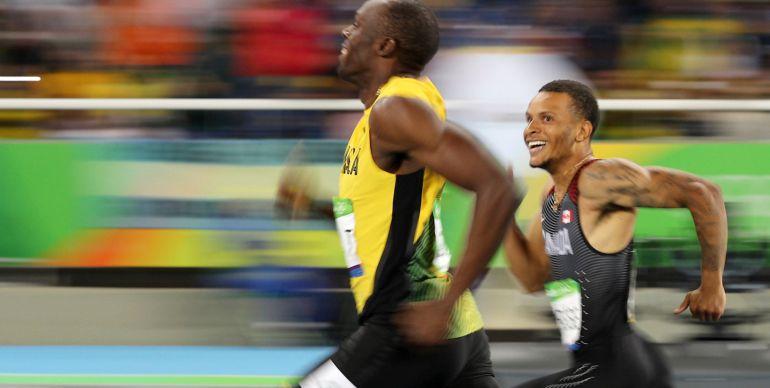 De Grasse mira con admiración a Bolt durante una carrera el pasado verano en Río de Janeiro