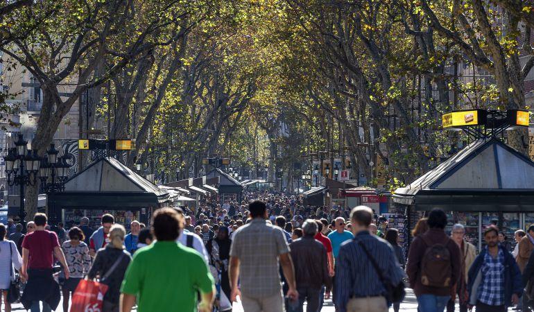 Imagen de la Rambla de Barcelona llena de turistas y habitantes de la zona.