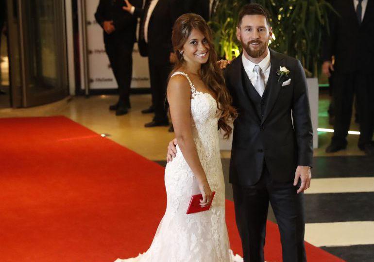 Messi y Antonela en la alfombra roja durante su boda.