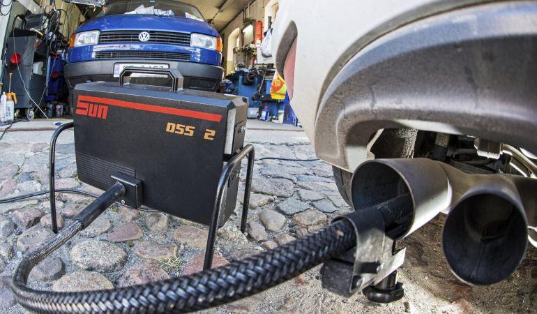 Una máquina analiza los gases que salen del tubo de escape de los motores diésel.