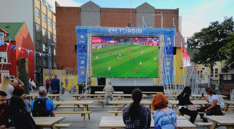 Varios islandeses disfrutan de la Eurocopa femenina en una pantalla gigante situada en el centro de la capital