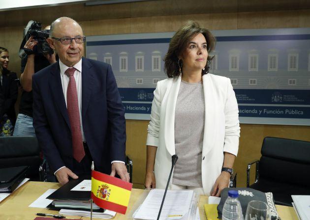 El ministro de Hacienda, Cristóbal Montoro y la vicepresidenta del Gobierno, Soraya Sáenz de Santamaría