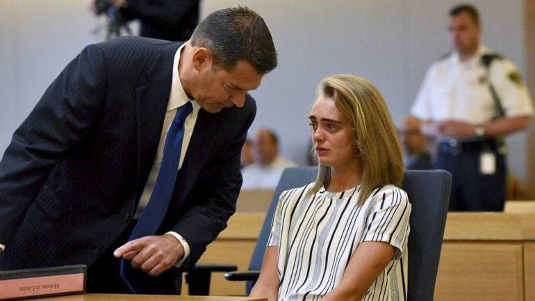 La joven Michelle Carter con su abogado en el juicio por el que ha sido condenada a 15 meses de cárcel.