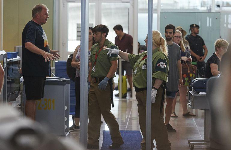 Las colas para acceder al control de seguridad en El Prat van en aumento.