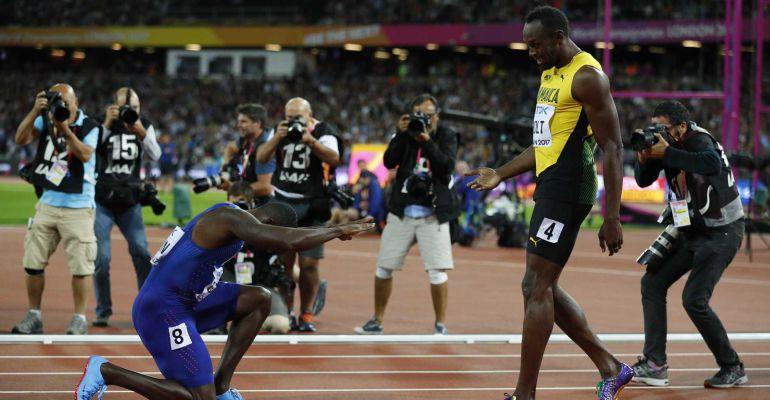 Justin Gatlin se rinde a Usain Bolt tras la carrera