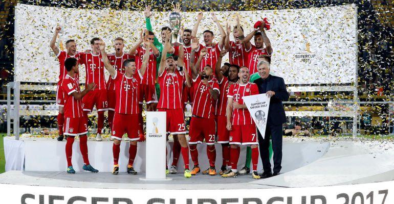 La plantilla del Bayern de Münich celebra la Supercopa alemana