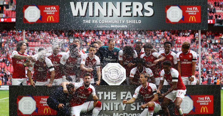 El Arsenal se hace la foto oficial con el título de Community Shield