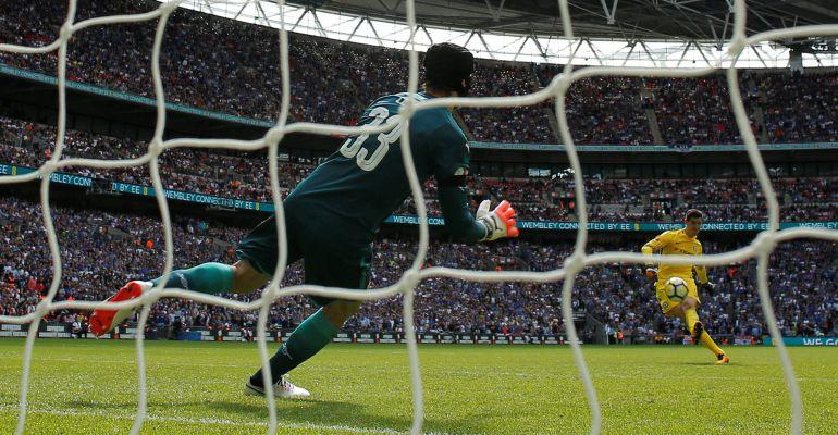Courtois, justo antes de su lanzamiento en la tanda de penaltis ante el Arsenal