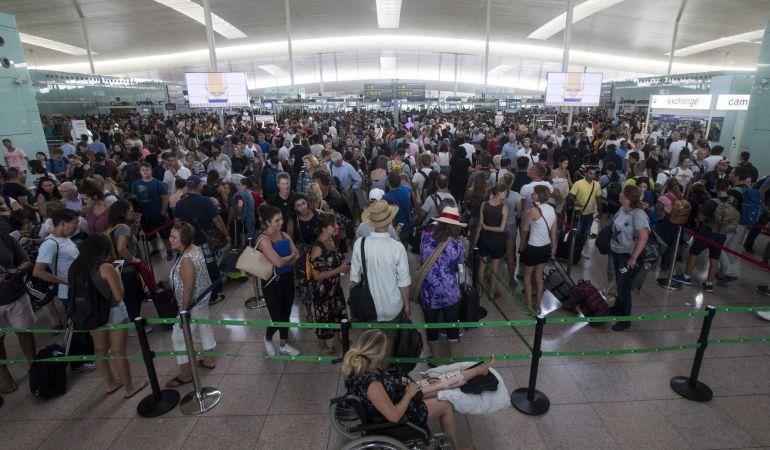Las colas para acceder al control de seguridad del Aeropuerto de Barcelona-El Prat continúan debido a los paros que llevan a cabo los trabajadores de Eulen, la empresa que gestiona este servicio.
