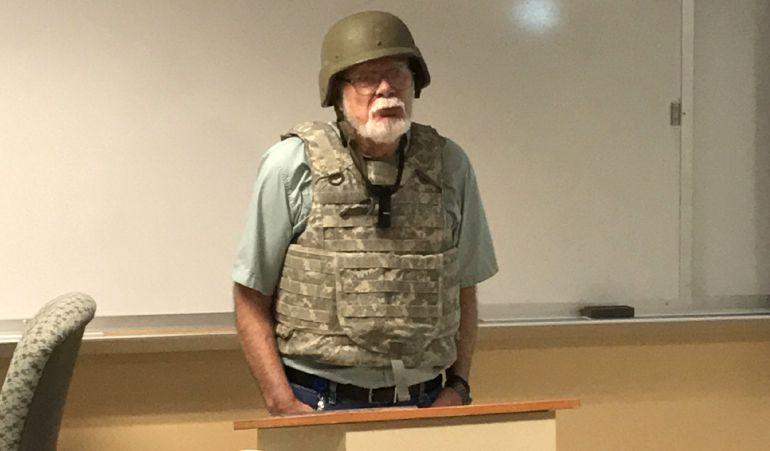 """Fotografía cedida por James """"Hot Mustard"""" Velten, que muestra a Charles K. Smith, profesor de Geografía del Colegio Comunitario de San Antonio, vestido con un casco de combate y chaleco antibalas con diseño de camuflaje durante una clase impartida en San Antonio, Texas."""