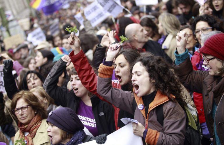 Mujeres se manifiestan para mostrar su rechazo al anteproyecto de la ley del aborto.