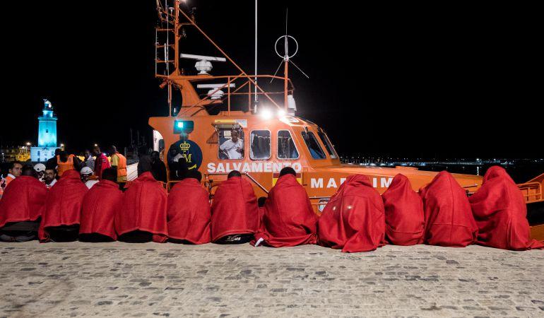 Rescatan a 26 inmigrantes en una embarcación pesquera cerca de El Hierro