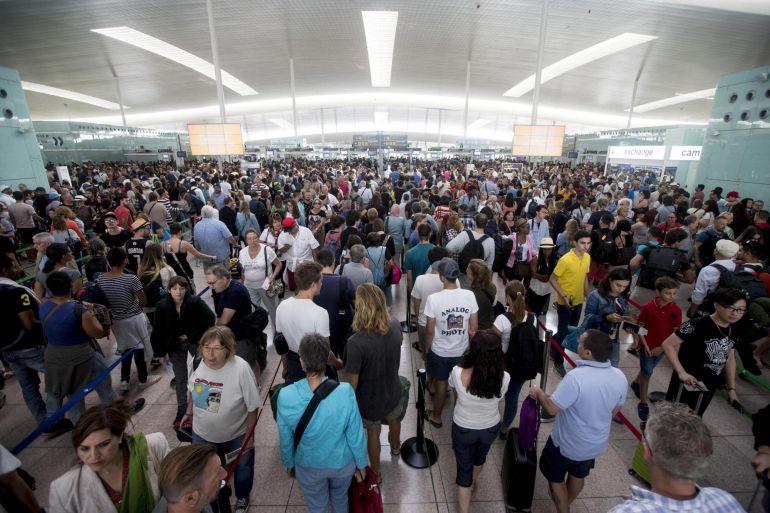 El aeropuerto de Barcelona vive hoy una jornada de impasse, a la espera de la asamblea de trabajadores de Eulen