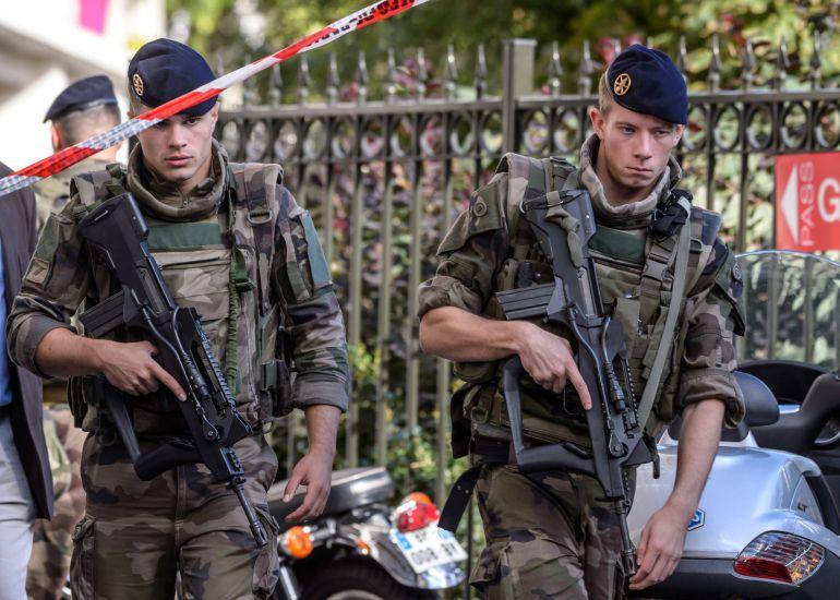 Varios militares delimitan un perímetro de seguridad en el lugar donde un vehículo ha atropellado a un grupo de militares que formaban parte de una patrulla
