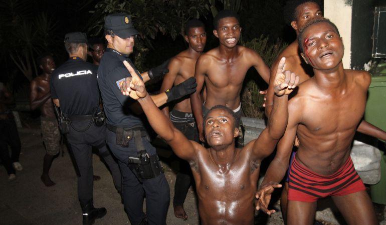 Unos doscientos inmigrantes subsaharianos han logrado cruzar el paso fronterizo del Tarajal, en la ciudad autónoma de Ceuta, a la carrera, sin que los agentes de los Cuerpos y Fuerzas de Seguridad del Estado hayan podido hacer nada para evitarlo.