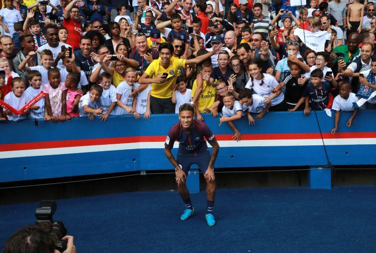 Neymar durante su presentación con el PSG.
