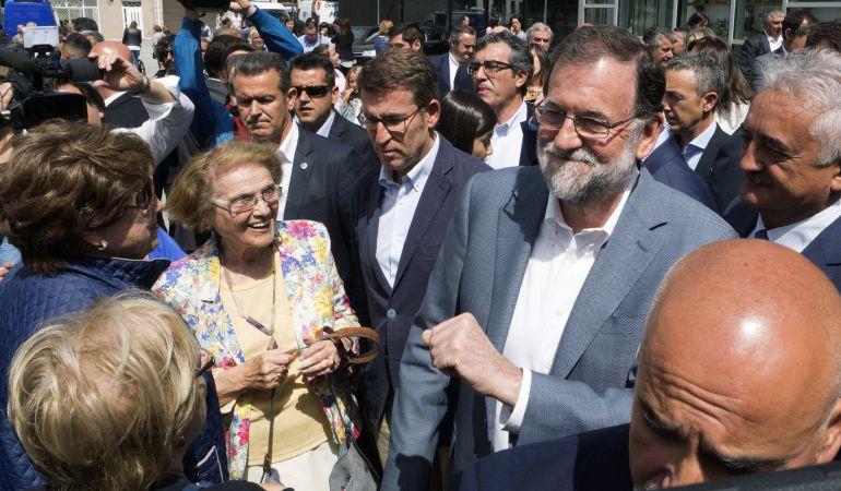 El presidente del Gobierno, Mariano Rajoy y el presidente de la Xunta, Alberto Núñez Feijóo pasean por la localidad de Chantada, en Lugo.