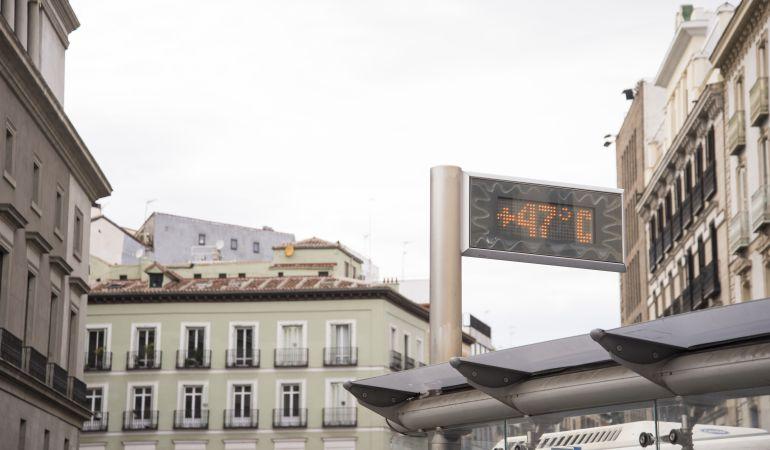 Un termómetro marca 47ºC en Madrid, España.