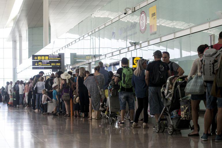 El aeropuerto de Barcelona-El Prat ha vuelto a registrar colas de hasta una hora en los controles de seguridad